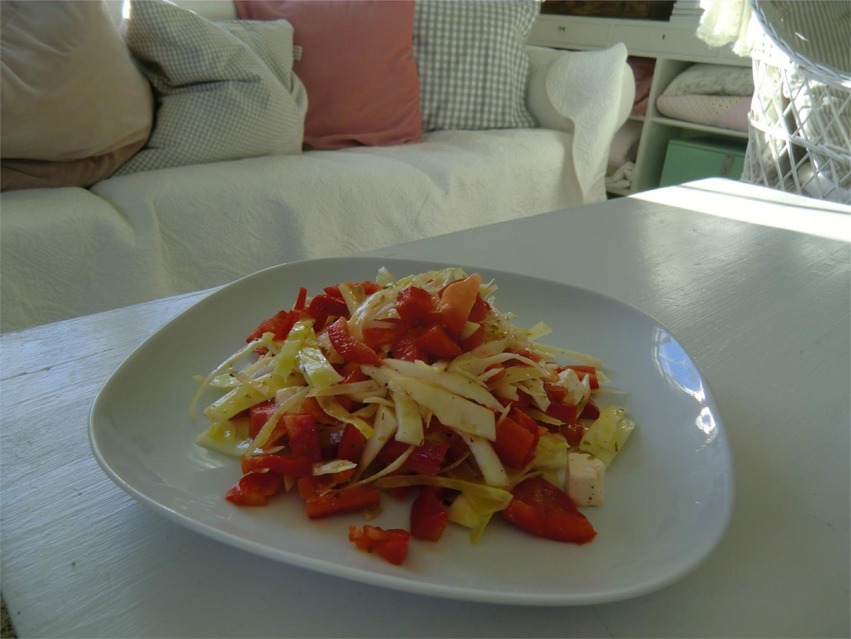 vitkål, fetaost och paprika