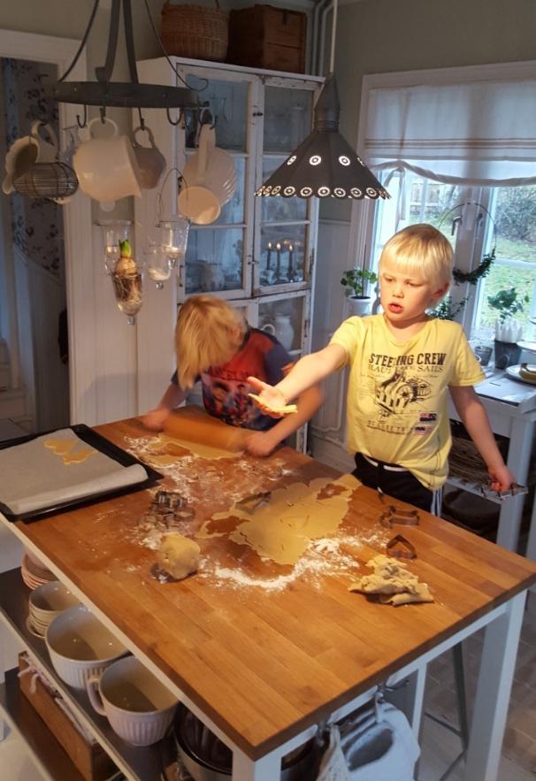 Mina söner bakar pepparkakor